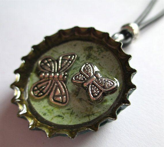 Artículos similares a Dos mariposas verde botella Upcycled tapa collar en Etsy