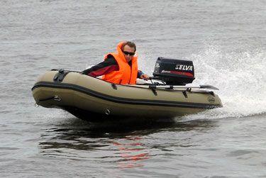 Лодка для охоты Duck Line 390 AL  Крепление топливного бака расположено на кормовом щите составного пайола (смещено влево по ходу судна и находится напротив рулевого) и представляет собой закреплённый в двух точках прочный нейлоновый ремень, регулируемый по длине и оснащённый замком. Так как охота в камышовой зоне предполагает как длительные остановки, так и короткие частые перемещения, все охотничьи лодки Дак Лайн комплектуются носовым якорным рымом, который снабжён замком из пластика с…
