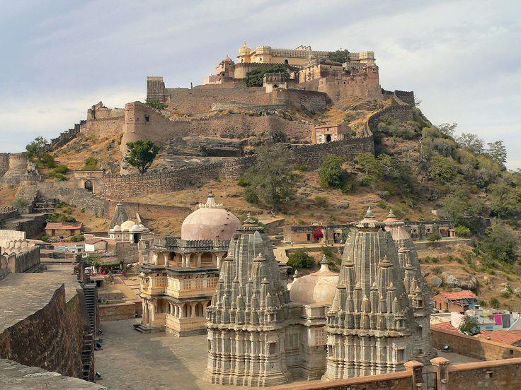 Kumbhalgarh e' un forte bellissimo e isolato , che non delude le aspettative dei viaggiatori piu' romantici rievocando con forza l'epoca cavalleresca e beliicosa dei Rajput. La fortezza e' una delle numerose fatte costrurire dal rana Kumbha (regno 1433-68 )