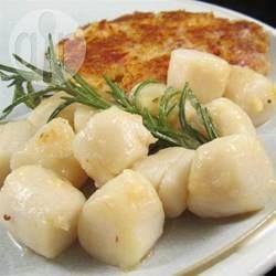 Vieiras na manteiga @ allrecipes.com.br - Uma receita simples, deliciosa e que impressiona! Basta esmagar o alho com uma faca, em vez de cortar, e manter os ramos de alecrim inteiros. Isso faz com que eles sejam fáceis de serem removidos antes da hora de servir.
