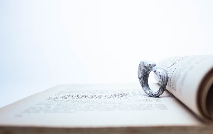 Joyas de papel. Anillo hecho de hojas de libros reutilizados, tallado a mano.