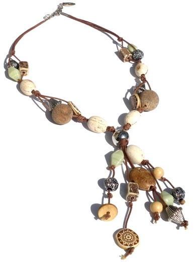 Deze ketting is gemaakt van bruine en zilverkleurige kralen en afgewerkt met waxkoord.    Bijpassende armband Fossano verkrijgbaar.