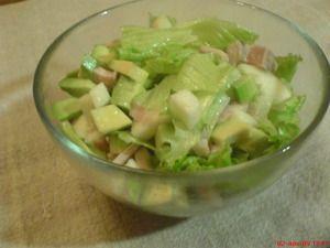 Куриный салат с авокадо и яблоком  1 отварной куриный окорочок  2 авокадо  1 яблоко (кисло-сладкое)  зеленый салат  сок половины лимона  соль  растительное масло
