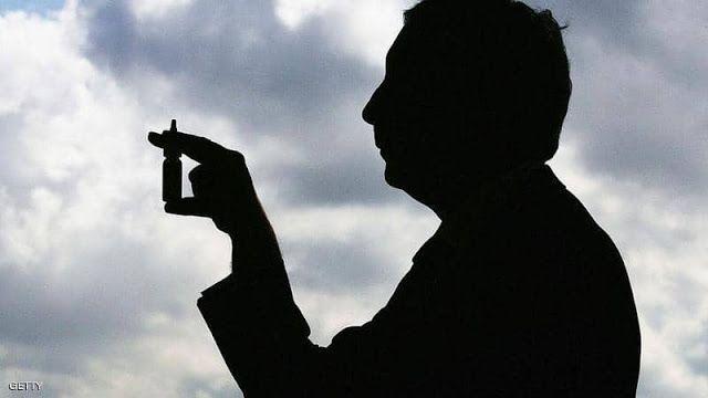 فندت منظمة الصحة العالمية الأربعاء ما يتداوله بعض الناس في وسائل التواصل الاجتماعي بشأن استخدام بخاخ الأنف الذي يأتي مع محل Human Silhouette Silhouette Human