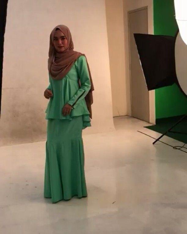 Bile tersalah lending.. nasib x tebalik ������ maaf la sore rock cikedd seseme ngn batuk x hilang lagi hmmm���� . #shawl #dress #hijab #hijabista #studio #malaypretty #hijabclothing #bawal #tudung #muslimahmodel #model #shooting #hijabistamag #hijabmag #malaysianhijjabi #mua #makeupartist #malaiqatalents #tganu http://ameritrustshield.com/ipost/1552385620050003192/?code=BWLLn8dgUT4