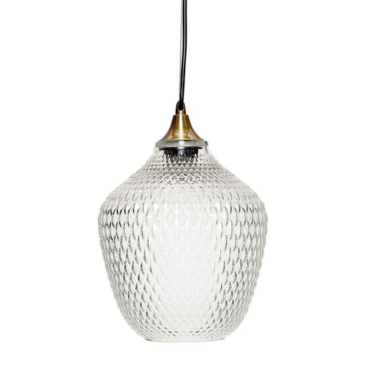 Cette superbe suspension en verre de la marque danoise Hübsch apportera beaucoup d'élégance à votre intérieur. Le travail de l'abat-jour en verre est très beau et soigné avec ses reliefs arlequins. D'une hauteur de 32 centimètres, cette suspension en verre vous éclairera d'une lumière chaleureuse.<br /> Dimensions : Ø 22 x H 32 cm    <br />