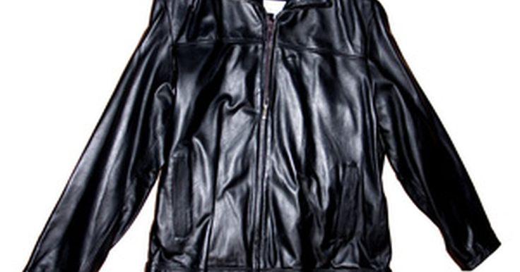 Diferencias entre las chaquetas de cuero para hombres y mujeres. De acuerdo con Prime Magazine, las diferencias entre la ropa masculina y femenina han existido desde la era victoriana. La colocación específica de los botones, la variedad de color y el tamaño son influenciados por el género de la persona que va a usar la prenda (incluidas las chaquetas).