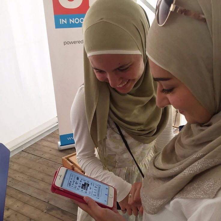 Allemaal blije gezichten als de Stampions stempel van de Uitmarkt op de smartphone is gezet! #app #iBeacon