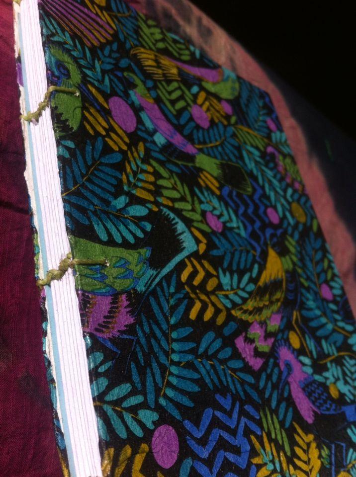 Cuaderno cosido a mano con hojas blancas y tapa dura. USD