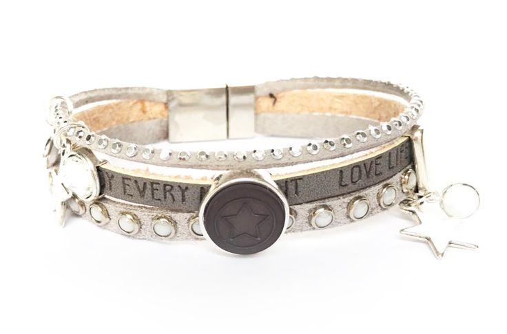 Uniek handgemaakte armband met magneetsluiting in de kleurstelling grijs, lichtgrijs. Suede met paretjes en suede bandjes met strass.