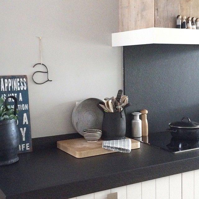 Blij met het steigerhout om de afzuigkap! Geeft de keuken aan deze kant meteen wat meer pit!! Bedankt voor je geweldige idee @alexandravrennes !