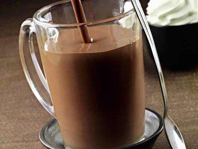 Luca Montersino ci svela la ricetta originale della cioccolata calda in tazza. La cioccolata calda in tazza è una bevanda semplice e veloce da preparare. A base di cioccolato, latte e panna, la ricetta della cioccolata calda viene arricchita da Luca Montersino con un ingrediente speciale: la vaniglia Bourbon.