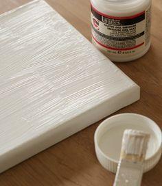 strijk gesso over de canvas.Leg de print op het smeersel,goeie kant naar beneden wrijf zachtjes over de foto,24 uur laten drogen. keukensponsje een beetje nat maken. En dan zacht over het papier wrijven met de zachte kant. Het papier begint onmiddellijk te blazen en je mag nog enkele keren bevochtigen,Rollen met de vinger het papier komt los en de foto wordt stilaan zichtbaar.Als al het papier verwijderd is,mag je fixeren met een dun laagje gesso.