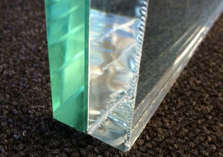 Différence entre verre ordinaire et verre extraclair . Ici en version 15mm d'épaisseur.