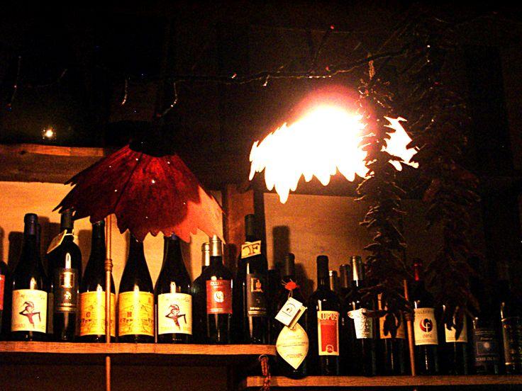 """Il Corvo Torvo """"a luci rosse"""" per mano di Mario Scaccia e Maurizio Righetti, autori delle lampade che illuminano cene su cene in Osteria...  Ah!, quante potrebbero raccontarne, quei petaloni lì..."""