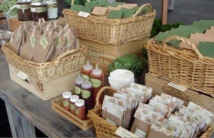 detalles de decoración, salsas y canastas.
