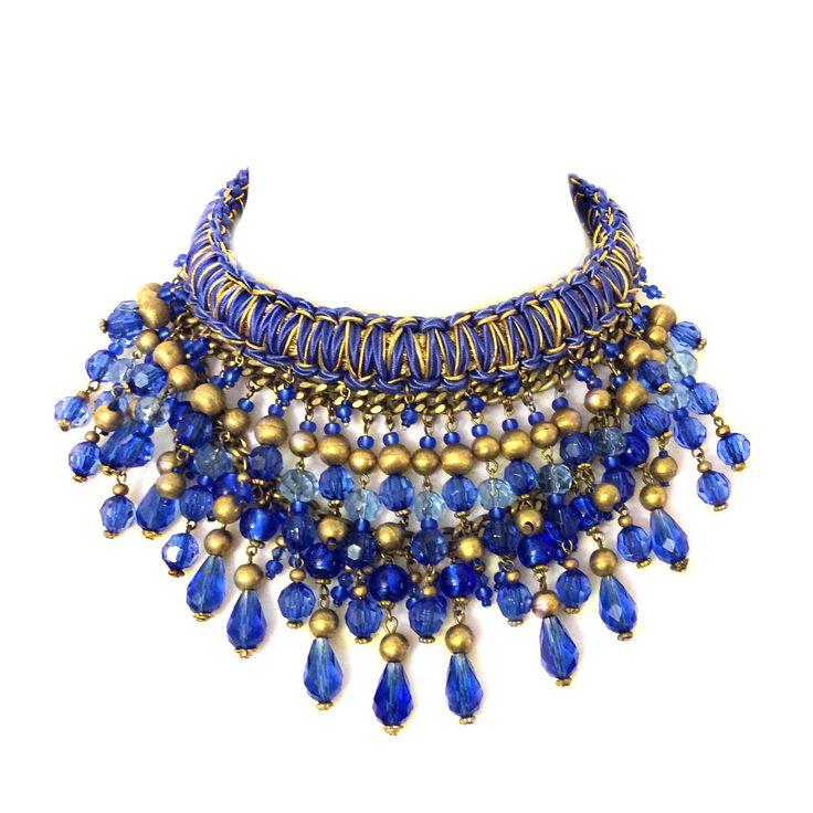 Niebieska kolia z kryształów, ręcznie plecionej obroży oraz elementów złoconych