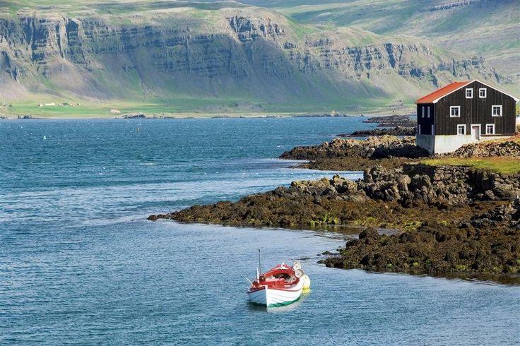 Höfn - Islandia  Esta localidad es un referente en la costa sudeste por su industria pesquera. Constituye, además, una buena base para conocer el glaciar Vatnajökull gracias a su Museo del Glaciar.