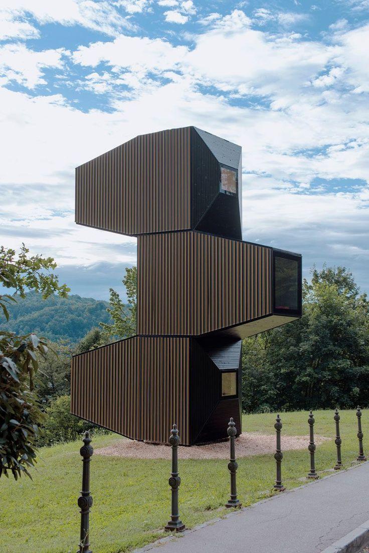 Een tiny house in 3 verdiepingen.  OFIS Arhitekti combineerde hiermee de twee ontwerpen van een gestapelde woning en een schuilplaats voor bergbeklimmers.