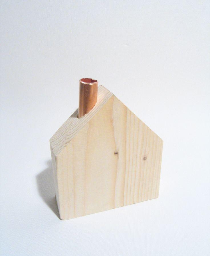 Domeček+/+jedno+osamocené+stavení+Dřevěný+domeček+s+měděným+komínkem.+Rozměry+(měřeno+bez+komínku):+cca+9,5+x+10,9+x+3,3cm+Krásná+dekorace+na+stůl,+komodu+i+poličku.+Jedná+se+o+ruční+práci+ze+dřeva,+tedy+drobné+nedokonalosti+jsou+záměrem,+nikoliv+vadou.+Originál,+vyroben+s+láskou!+:)+Neprat,+nemýt+a+nezapalovat!