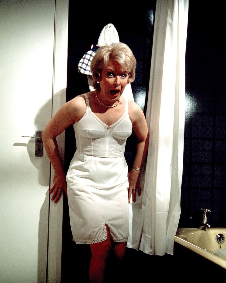 June Whitfield In Carry On Abroad 1972  Classic British -4591