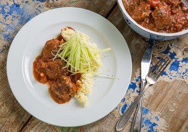 Nötfärsbiffar i tomatsås med syrlig selleri och potatismos