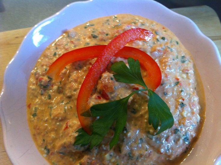 """Frisse feta-paprika dip. Naar het recept van een Griekse kok met de instructie: """"neem wel echte feta!"""". Klaar in nog geen 10 minuten."""