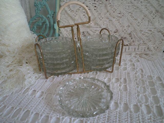Leuk retro metalen rekje met glazen onderzetters van deblauweblaker.nl