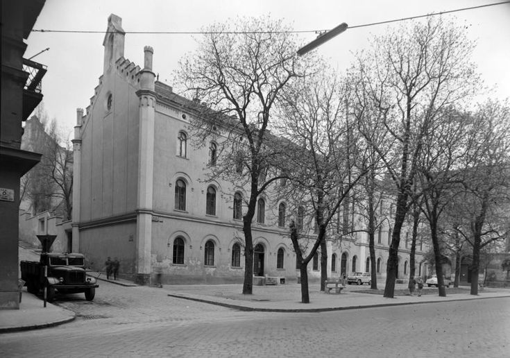 1965: Fő utca 32., Kapucinus rendház, balra a Ponty utca torkolata.