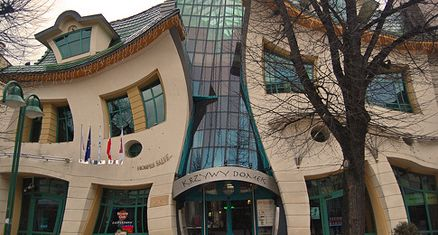 Det krøllede hus her står i Sopot i Polen og er skabt i 2003 som et samarbejde  mellem den polske tegner og børnebogsillustrator, Jan Marcin...
