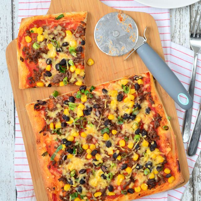 Wil jij je pizza eens ander beleggen? Kies voor de Mexicaanse pizza met gehakt, maïs en bonen! Serveren met zure room en smullen maar.
