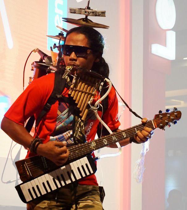 One man band indonesiano Yon Gondrong. Gli strumenti per accompagnare la voce. Cromatici, diatonici. La scelta delle scarpe. Non sbattere il piede in terra.
