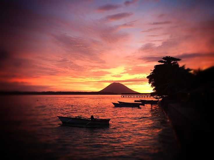 Onong Resort Siladen . Sunset . Celebes Divers