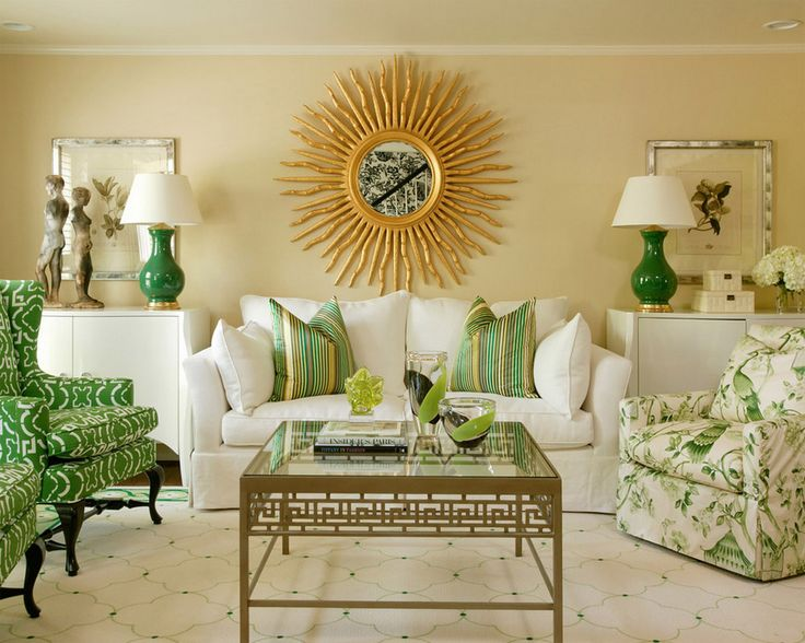 Бежевые стены и зеленые акценты в гостиной