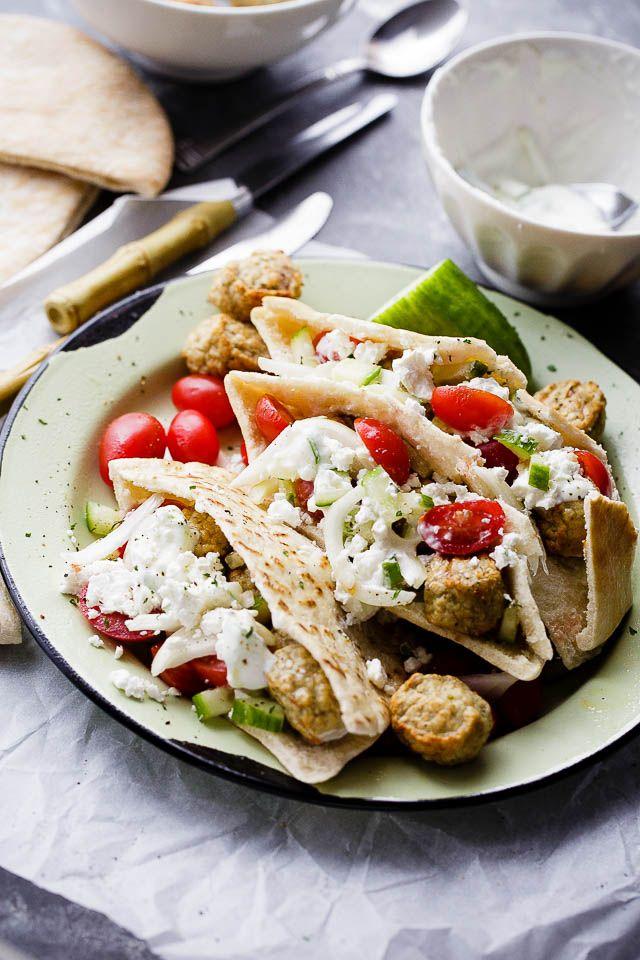 Tyrkiet Kødboller Pita lommer med Agurk Yoghurt Sauce - saftig og lækker kalkun frikadeller serveres i varme pita lommer fyldt med en garlicky agurk sauce og toppet med en tomater og fetaost salat.