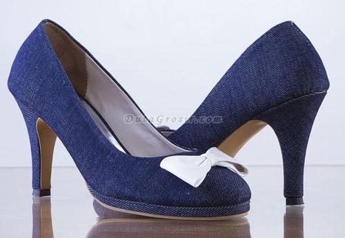 Sepatu Hak Tinggi Wanita Butik sepatu kami menyediakan aneka sepatu yang akan membuat kalian ladies lebih percaya diri, cantik, elegan, dan berkelas tentunya. sepatu yang kami tawarkan ini bukan sepatu abal-abal yang ecek-ecek, sepatu dari merk gareu shoes adalah sepatu buatan tangan (handmade) yang melalui proses pembuatan yang amat teliti.