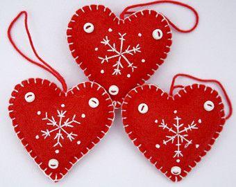 Adornos de fieltro corazón de Navidad hecho a por PuffinPatchwork