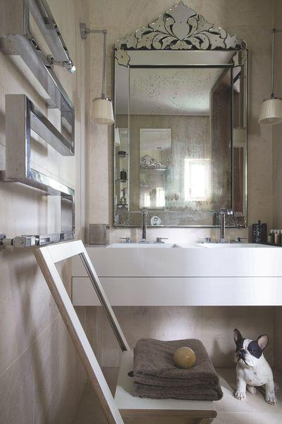 dans la petite salle de bains face la baignoire double vasque en corian blanc et. Black Bedroom Furniture Sets. Home Design Ideas