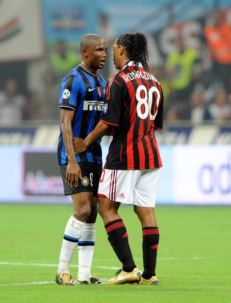 """Samuel Eto'o, quien abriera hoy el marcador del partido Chelsea ante los vapuleados Gunners (6-0) y el """"crack de cracks"""" Ronaldo de Assis Moreira, el popular Ronaldinho."""