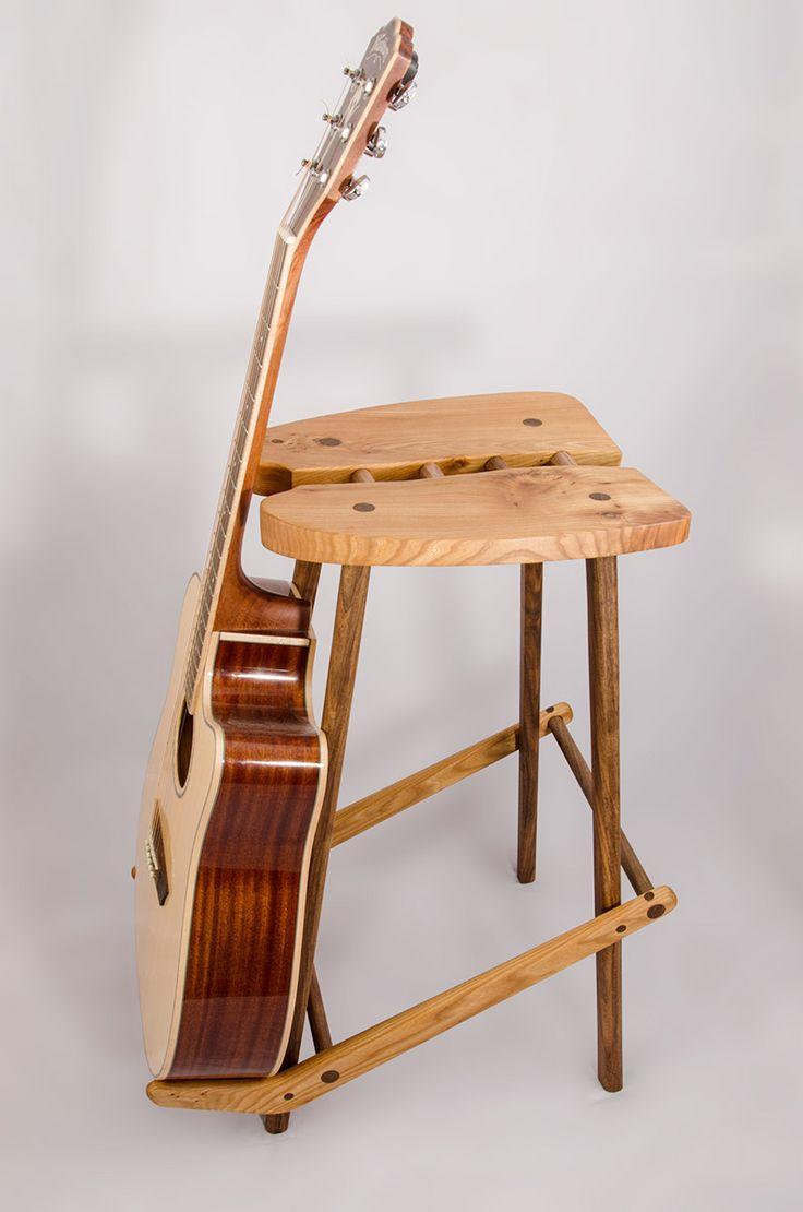 Gleichzeitig ein Ständer für ihre Gitarre, sowie ein Platz zu spielen.