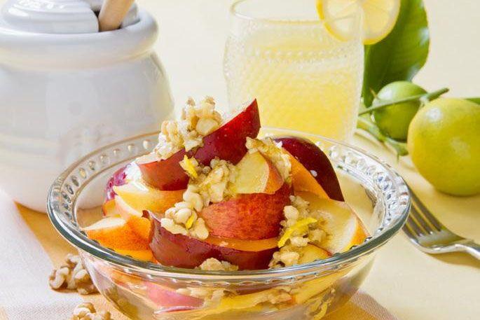 夏のフルーツとマリネしたはちみつレモンくるみ     2人分 1食あたり 205kcal    材料  A はちみつ大さじ2 レモン汁小さじ2 レモンの皮(すりおろす)少々 レモンの皮(刻む)少々 くるみ(刻んで軽くローストする)1/6カップ   B 桃、ネクタリン、プラム、アプリコット、さくらんぼ等好きな果物の組み合わせ約300g ミントの葉(飾り用)適量   ・ はちみつについて 薄い色のはちみつは濃い色のものより淡白です。好みで強い風味も使ってください。 作り方  1.小さなボウルにAを入れ混ぜる。 2.Bの種を取り除きスライスし、器に盛る。食べる直前に1をかける(又は横に添える)。ミントの葉を飾る。