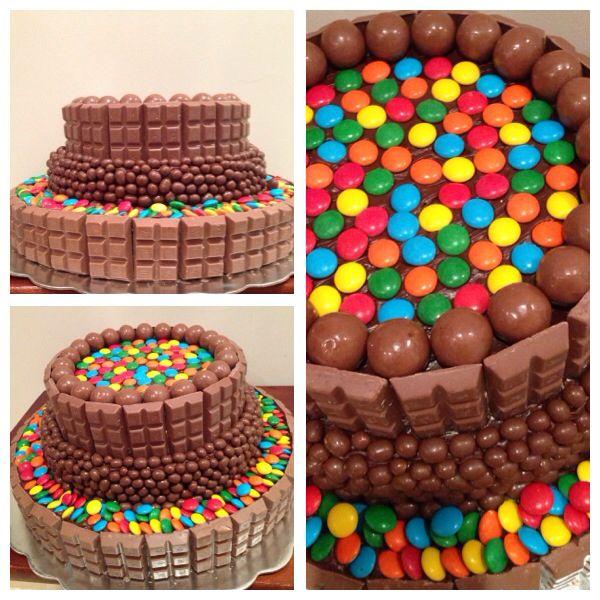 Torta de vainilla cubierta de chocolate y chucherias