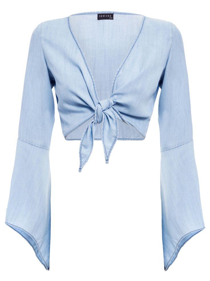 Blusa Feminina Jeans De Amarrar,Iorane.A blusa azul Jeans De Amarrar é confeccionada em jeans e de modelagem cropped. Esta peça possui decote V, mangas longas, fechamento por amarração e detalhe de recortes nas mangas.Compre BlusaIorane no Online Marketplace Shop2gether.SKU: 71225_JEANSComposição: 100% LiocelCor: JeansMarca: Iorane