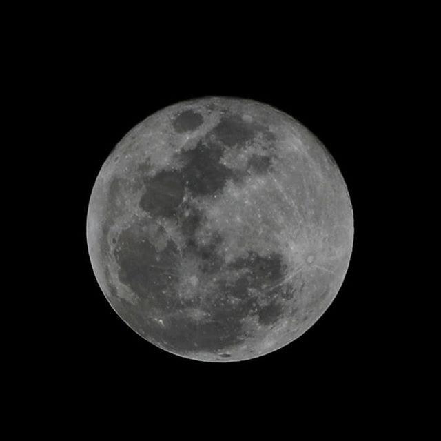 Luna de todos los colores... #madrid #places#lugares #urbanscenes #escenasurbanas #winter #invierno #fullmoon #lunallena #moon #luna #monocromo #igersmadrid_bn #canonEOS5DMarkIV