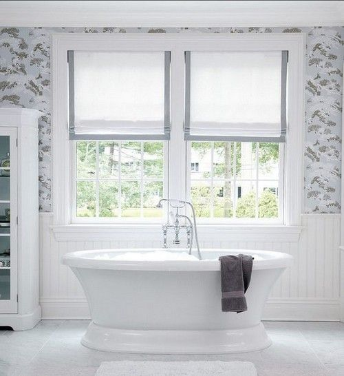 Традиционная белая ванная комната с белыми римскими шторами с серой окантовкой.  (ванна,санузел,душ,туалет,дизайн ванной,интерьер ванной,сантехника,кафель,интерьер,дизайн интерьера) .