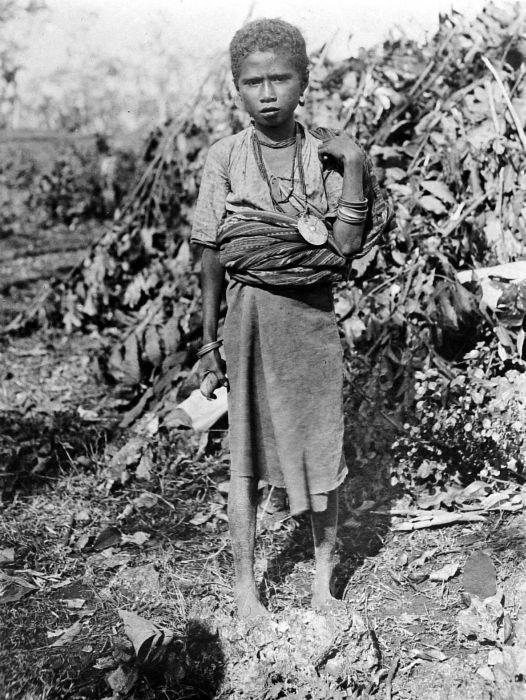 COLLECTIE TROPENMUSEUM Meisje van Molo Timor.