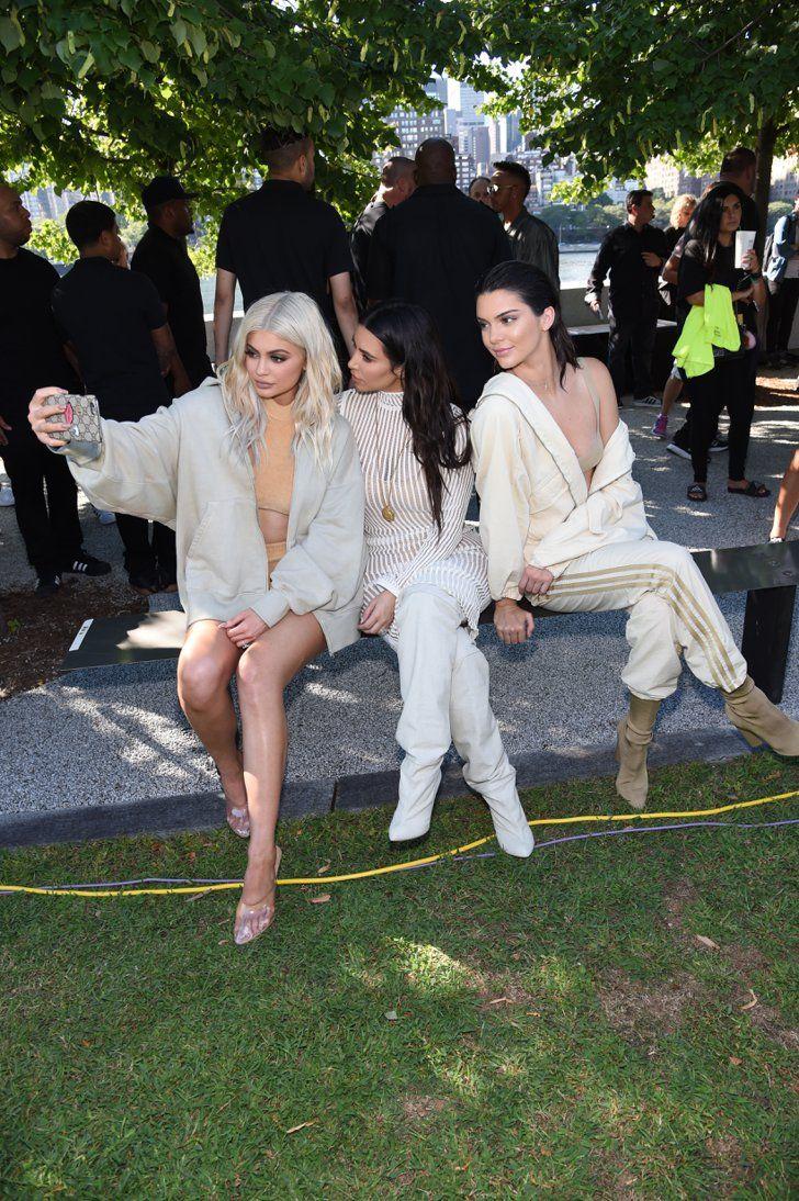 Cette Année, les Stars Ont Décidé de Traiter le Premier Rang Comme Leur Podium Personnel Kylie Jenner, Kim Kardashian, et Kendall Jenner Au défilé Yeezy Saison 4.