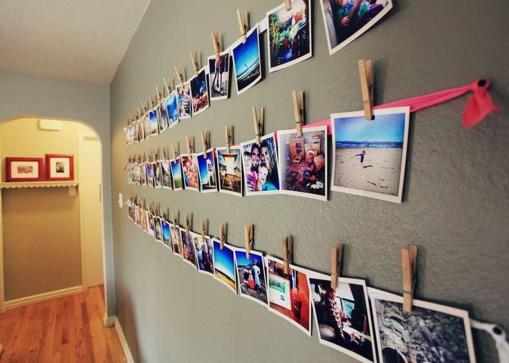 photos sur des rubans punaisés au mur. Merci les pinces à linge en bois !