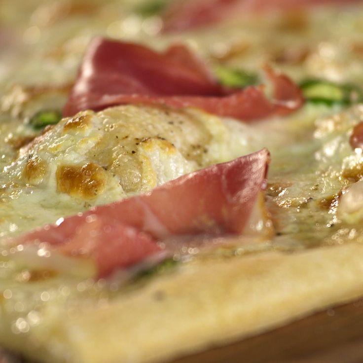 How to make Mozzarella Jalapeño and Prosciutto Pizza.