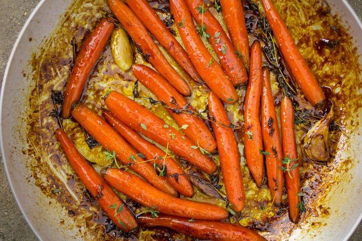 Le carote caramellate in padella sono buonissime, se poi ci aggiungi il sapore del timo e dell'arancia diventano un contorno perfetto per tantissimi piatti.